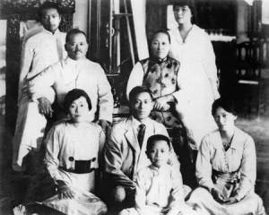 宋家1917年的合影,后排右一为宋美龄