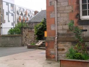这所小学就在苏格兰议会大厦的旁边,是就近入读的公立学校。