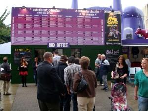 在爱丁堡大学 Bristol Square 上搭建的临时场地 Underbelly 前的售票处。