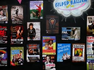 在墙上张贴演出海报是传统的宣传方式。今年的海报墙好像做得特别整齐。