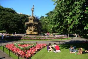 王子大街花园里到处是晒太阳的人。
