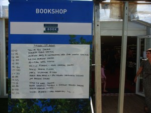 临时书店也是作者签名售书的地方