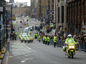 教皇的车队通过爱丁堡市中心,前往 Holyrood Palace 觐见女王。