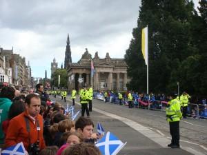 王子大街上的等待人群。