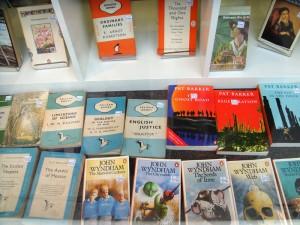 左下角的蓝白三横道版式的,是企鹅的出版分支 Pelican Books,出版的图书是用作公众教育,而非娱乐。后来企鹅放弃了三横道、三竖道和颜色代码设计,封面上出现了图片。