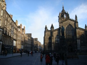 Royal Mile 上的 St Giles' 大教堂沐浴在夕阳下