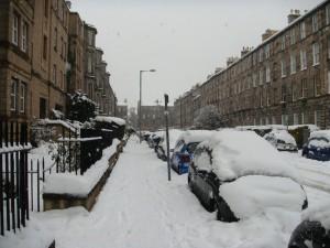 到了星期一,从上午开始,鹅毛大雪又起,中午一度所有的公共汽车都停开了。