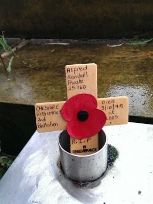 小十字架上写着这是一位柴郡乡团的士兵。