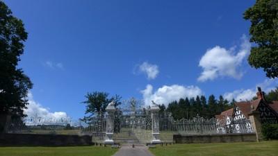 Chirk Castle 周围有很大一块地盘,在大门口是一道很有气派的铸铁雕花大门。在这一带曾经很流行这种大铁门。