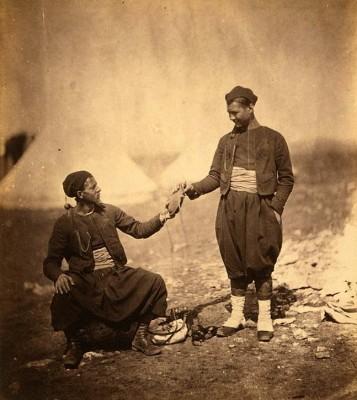 克里米亚战争期间的两个朱阿夫士兵。由英国摄影师Roger Fenton拍摄。