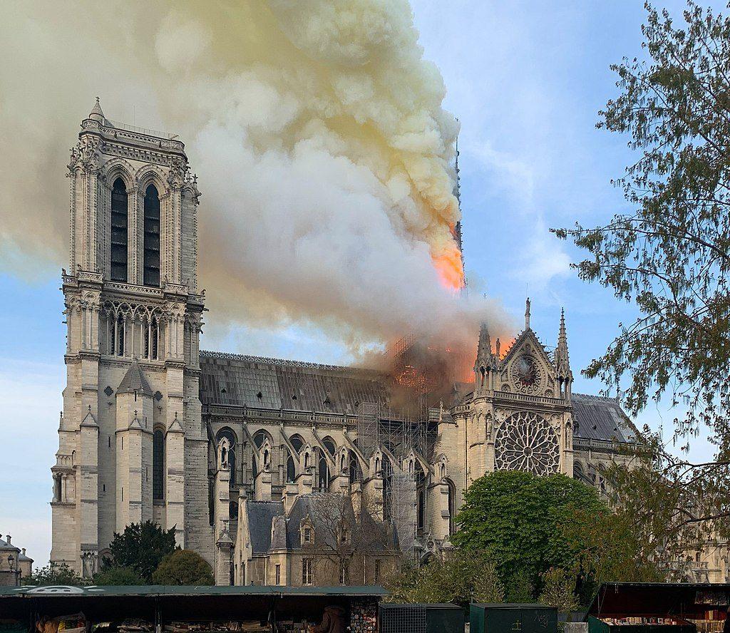 大火中的巴黎圣母院