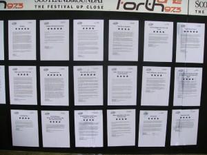 艺术节期间演出众多,要抢观众,报刊对演出的评论很重要,得到好评的演出都会把评论的得到的星星数贴在门口。