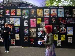 光贴海报和评论还不够,演员们要亲自上阵,在街头和场地门口排传单。