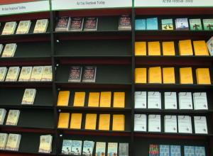 """书店内的""""今日图书""""书架"""