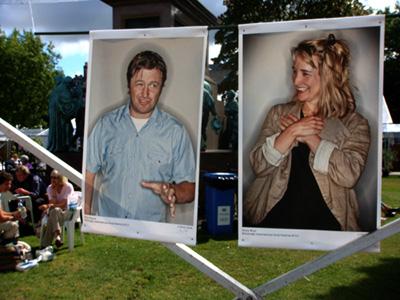 爱丁堡图书节内有专门的摄影师为作者拍摄肖像,悬挂在场内。右边的是英国女演员 Emily Woolf,她今年出版了小说处女作 The Whole Wide Beauty。