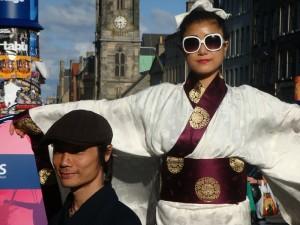 这两位演员宣传的是一个叫 Sangokusi (可以猜出是《三国故事》)的剧场节目,可以假设那副墨镜不是演出道具的一部份。