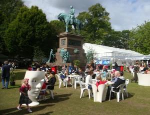 图书节举办地的 Charlotte Square内,到处都有跑来跑去的孩子。