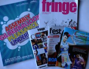 爱丁堡边缘艺术节和爱丁堡图书节都已经结束,爱丁堡国际艺术节也将在本周末结束。这是边缘艺术节上的部份宣传刊物,除了Fringe 总目录外,有一定规模的场地都会自行印制宣传刊物是节目时间表。
