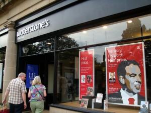 王子大街上的 Waterstone's 书店橱窗立摆着布莱尔新书的宣传海报,据这家书店说,《旅程》创下了传记类图书的首周销售纪录。