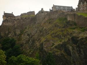 星期天晚上在爱丁堡城堡下举行的焰火音乐会将标志着今年艺术节的结束。城堡上的点点白色是已经安装好的焰火发射装置。