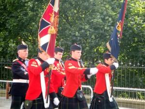 等待间隙,王子大街上举行 St. Ninian's Day Parade。