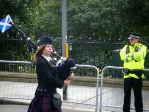 女孩也能吹风笛。