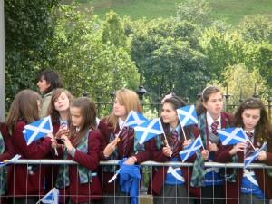 这几个女孩刚刚走完游行,又回头等着教皇到来。