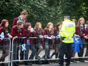 等得百无聊赖,警察和女学生开始聊天。