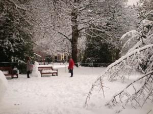 两个堆雪人的女孩,堆好之后,两人又扔雪球玩,把雪人砸了!