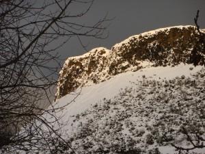 爱丁堡的 Salisbury Crags 在阳光的映射下。