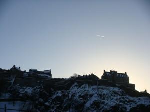 爱丁堡城堡上空晴朗的蓝天,苏格兰上空据说是欧洲到北美的空中走廊。