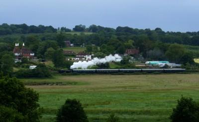 经过 Bodiam 村的蒸汽火车