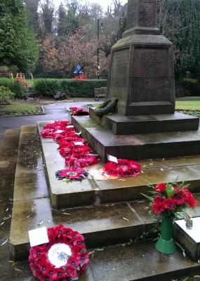 村子里的阵亡将士纪念碑前,摆放着虞美人编成的花环。