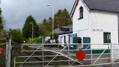 这个叫 Tal-y-cafn 的小火车站,如果想要上车,你必须在火车临近站台时,向司机招手示意,否则司机不会停。