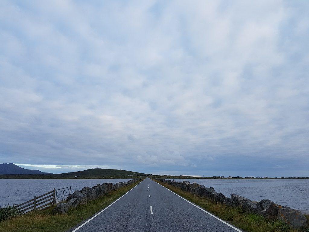 南尤伊斯特岛上的道路大部分只允许一辆车通过,象这样的双向车道并不多。